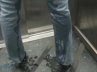 Pissen im Aufzug