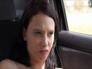 Muschi verwöhnt während der autofahrt