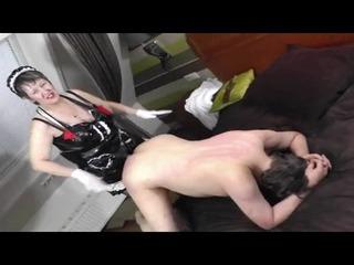 Milf fickt Sklaven mit Strapon in den Arsch
